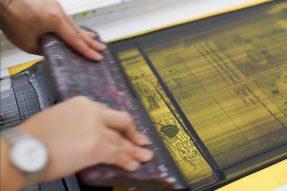 硅胶印花图案上有蜂窝小洞怎么解决